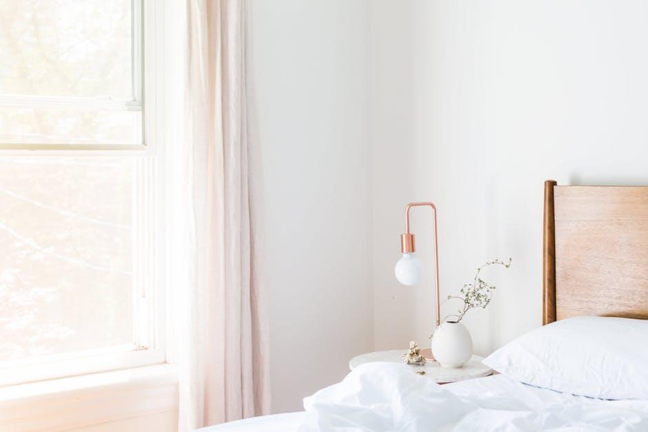 mała biała szafka do sypialni